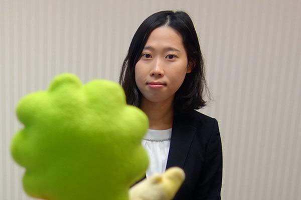 女性と株について語るSBI証券の小澤さん