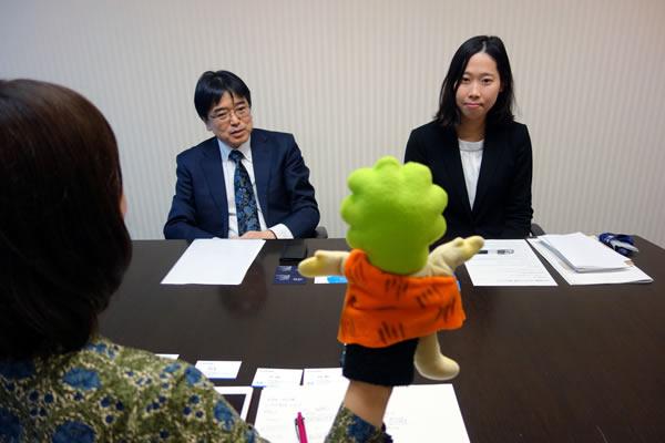 ざっきーくんと対面するSBI証券の橋本さんと小澤さん