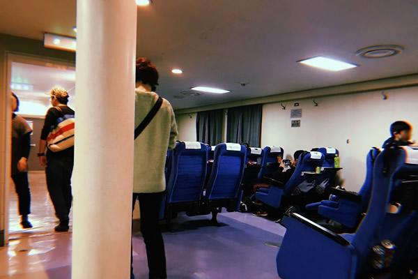 伊豆大島に向かう大型客船の2等客室(椅子席)