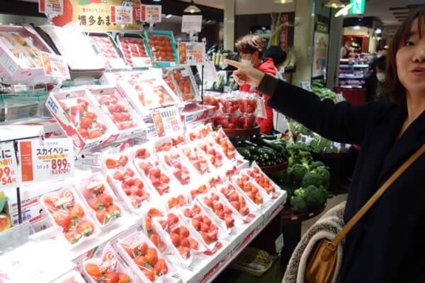 青果専門店『九州屋』には、幻の白イチゴもあった