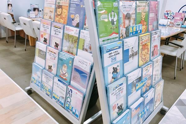 保険ショップの店頭にはたくさんのパンフレットが並ぶ