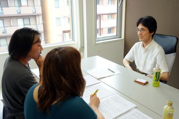 保険の有料相談を受ける中島と石田