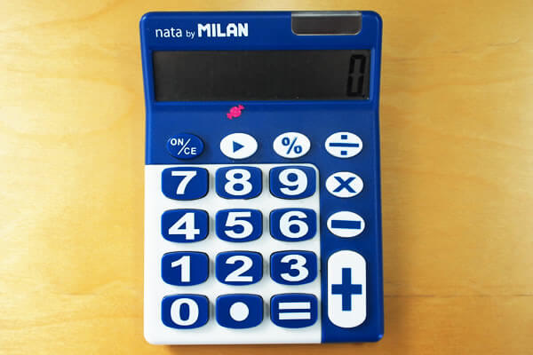 7ケタ目にシールが貼られた電卓