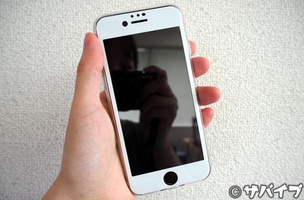 ベゼル部分が白く塗られている保護フィルムを貼ったiPhone SE2